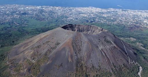 Вулканы и те выглядят как усечённые параллельной основанию плоскостью.