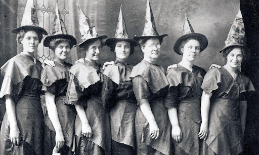 У ведьм и колдунов такая форма считается магической – повышает силу намерений, мыслей. Они помогали реализовывать, воплощать в реальность задуманное.
