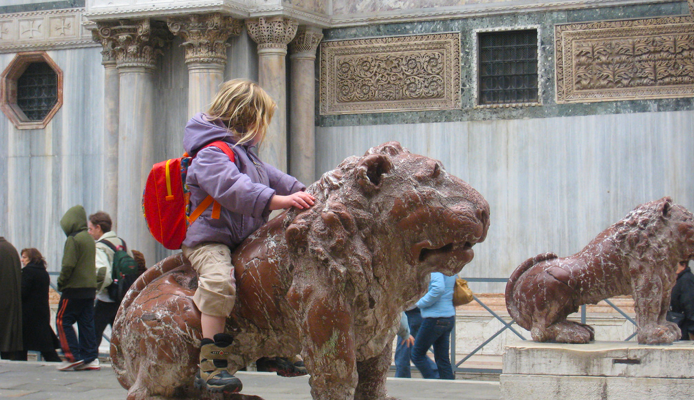 Ребёнок на каменном льве