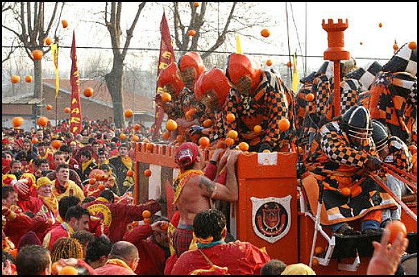 Праздник «Апельсиновое побоище», город Иврея, Италия