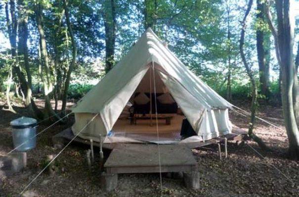 Палатка на подмостках