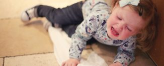 В чём причина детских истерик, способы устранения