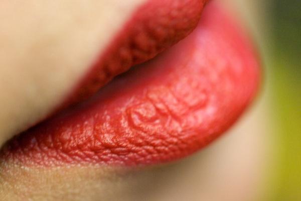 Губы после увеличения: когда можно красить, чем смазывать и как увлажнять