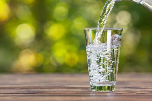 Запивать еду водой, соком и как правильно это делать: полезно или вредно, описание