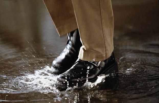 Ботинки в луже
