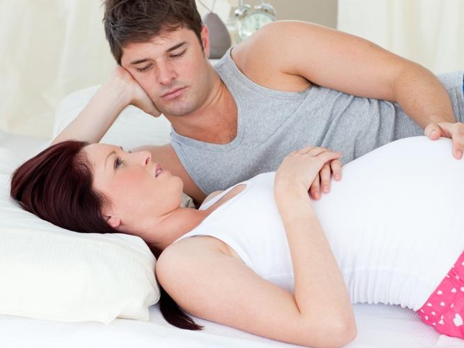 Мужчина с беременной женщиной