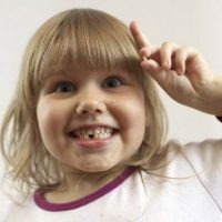 Как вырвать ребенку молочный зуб